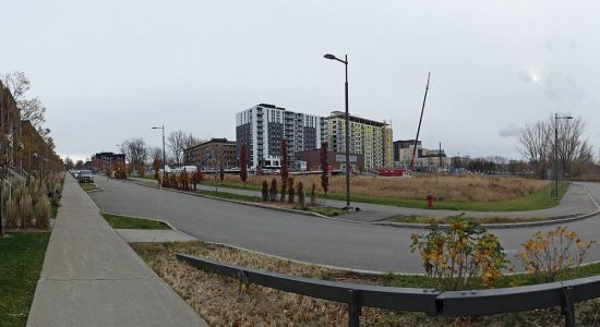 En arrière-plan, La Klé phases 1 et 2 (blocs C et A - appartements locatifs). Vue en direction sud.