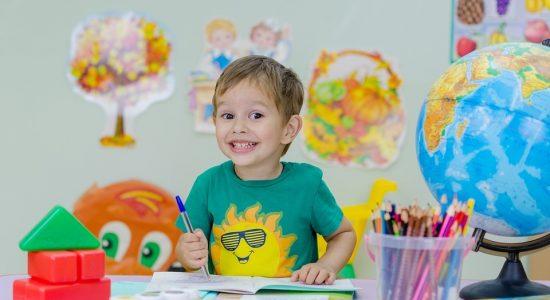 Stratégies ludiques pour soutenir son enfant dans ses devoirs et ses leçons