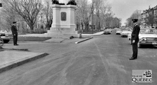 Montcalm dans les années 1960 : agents de circulation devant le parc des Braves - Jean Cazes