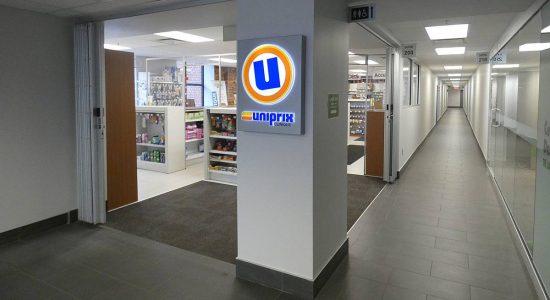 Immeuble rénové (bloc Q - bureaux et commerces). Intérieur et pharmacie Uniprix.
