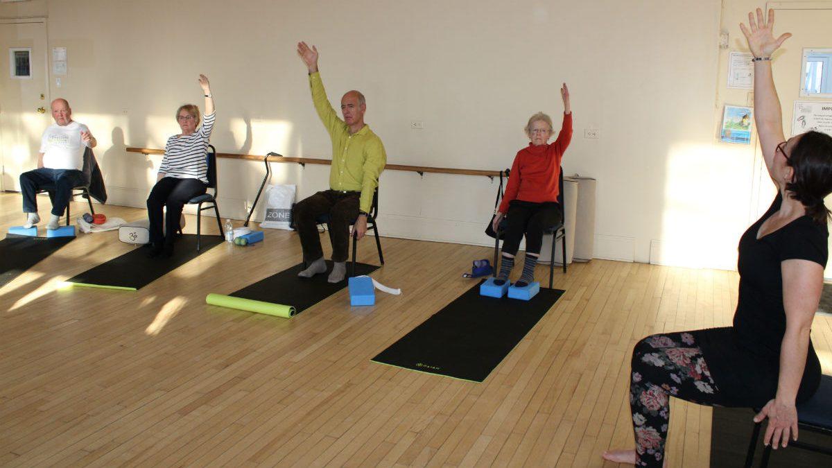 Des gens atteints de Parkinson expérimentent le yoga doux   28 janvier 2020   Article par Véronique Demers