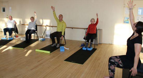Des gens atteints de Parkinson expérimentent le yoga doux - Véronique Demers